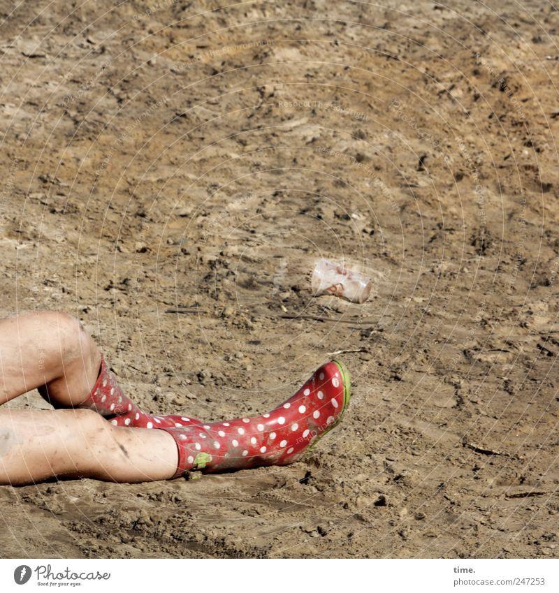 vorübergehend abgemeldet Mensch feminin Sand Beine Fuß liegen Haut Erde dreckig Müdigkeit Erschöpfung Gummistiefel Knie unordentlich gepunktet Schutz