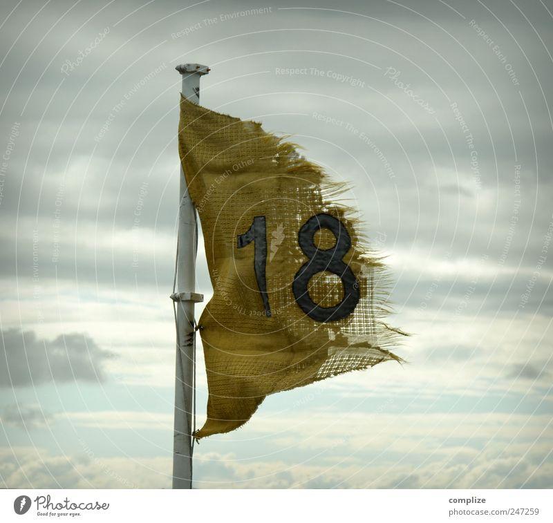 endlich 18 alt gelb Wind kaputt retro Ziffern & Zahlen Fahne Hinweisschild Sturm 18-30 Jahre 13-18 Jahre 18 Hinweis Abnutzung Schriftzeichen Wolkenhimmel