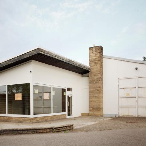 laden Himmel Haus Bauwerk Gebäude Architektur Fenster Tür Dach Schornstein trist Ladengeschäft Ladenfront Schaufenster Farbfoto Außenaufnahme Menschenleer