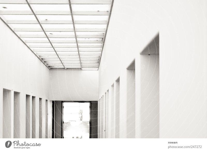 korridor Haus Bauwerk Gebäude Architektur Mauer Wand Tür ästhetisch kalt weiß Flur Oberlicht Reihe Gefängniszelle Schwarzweißfoto Innenaufnahme Menschenleer