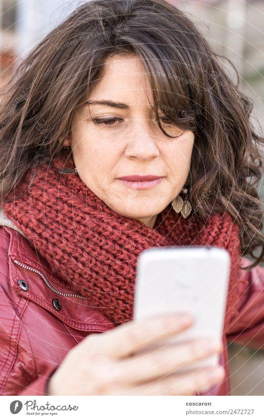 Frau schreibt SMS auf dem Smartphone Lifestyle kaufen Glück schön Leben Winter Dekoration & Verzierung Arbeit & Erwerbstätigkeit Business Telefon Handy PDA
