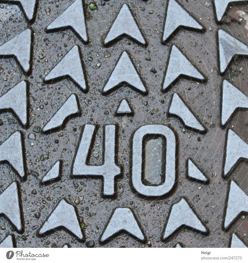 die Zahl 40 aus Metall mit Pfeilen Straße Abdeckung Gully Dekoration & Verzierung Schriftzeichen Ornament alt ästhetisch außergewöhnlich eckig einzigartig braun