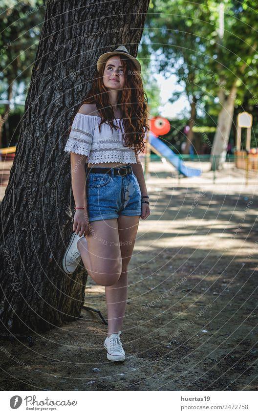 Porträt der jungen, schönen, glücklichen Rothaarigen Lifestyle elegant Stil Glück Mensch feminin Junge Frau Jugendliche Erwachsene Beine 1 18-30 Jahre Park Mode