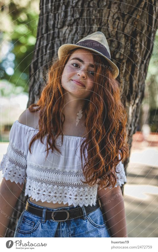 Porträt eines jungen, schönen, glücklichen, rothaarigen Mädchens. Lifestyle elegant Stil Glück Mensch feminin Junge Frau Jugendliche Erwachsene Haare & Frisuren