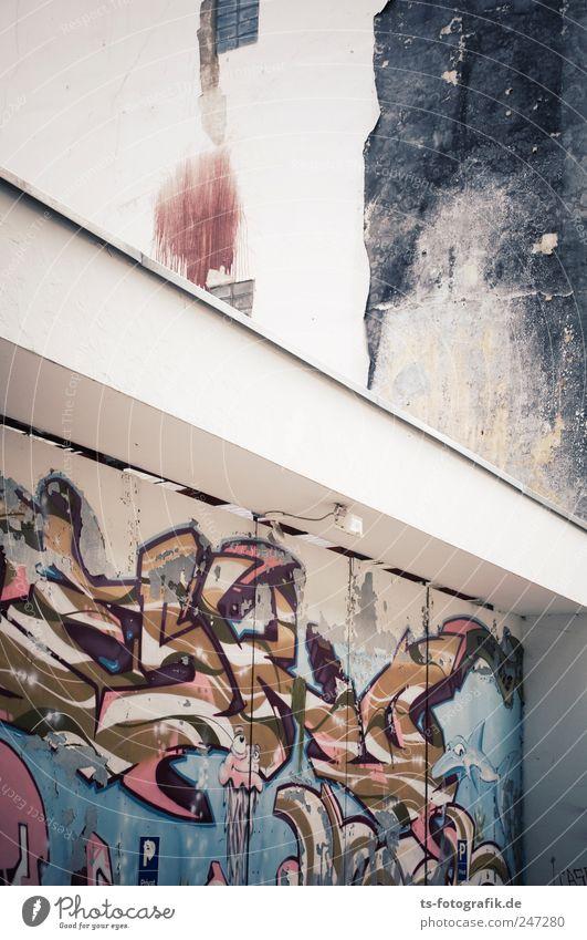 Farben der Großstadt blau weiß Haus Wand Graffiti Stein Gebäude Mauer Metall Kunst braun Tür Fassade Schriftzeichen Ziffern & Zahlen Bauwerk