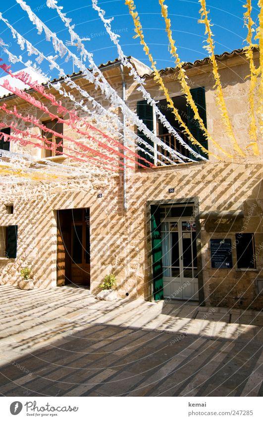 Gasse Ferien & Urlaub & Reisen Sommerurlaub Haus Insel Mallorca Dorf Einfamilienhaus Mauer Wand Fassade Fenster Tür Straße Papier Streifen heiß hell blau gelb