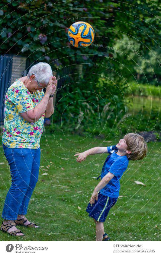 junge wirft einen Ball auf die Oma Freizeit & Hobby Kinderspiel Ballsport Mensch maskulin feminin Junge Weiblicher Senior Frau Großmutter