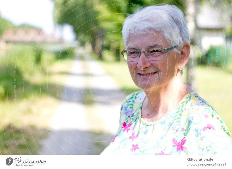 Seniorin lächelt Weiblicher Senior Frau 60 und älter Porträt alt Großmutter Natur Brille grauhaarig weißhaarig authentisch natürlich Außenaufnahme Landschaft