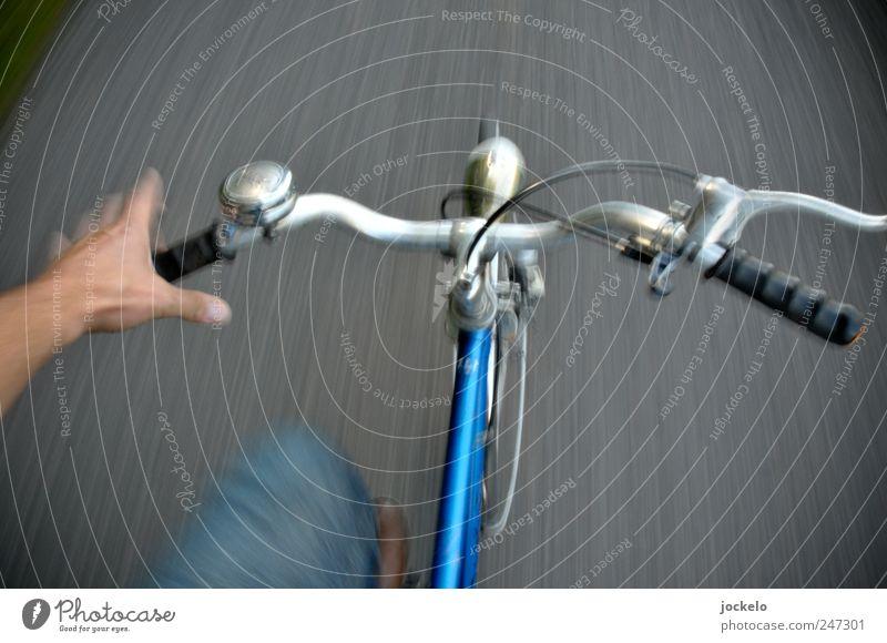 Einarmiger Bandit Fahrradfahren Hand Straße Kunststoff gebrauchen fallen blau Begeisterung Euphorie Farbfoto Außenaufnahme Tag Bewegungsunschärfe