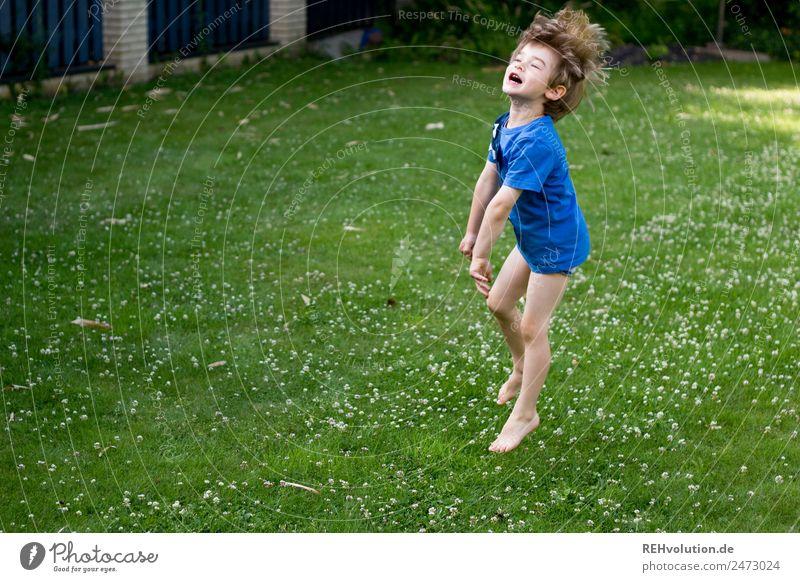 Kind springt Freizeit & Hobby Spielen Mensch Junge Kindheit 1 3-8 Jahre Garten Wiese T-Shirt lachen springen authentisch außergewöhnlich Fröhlichkeit Gesundheit