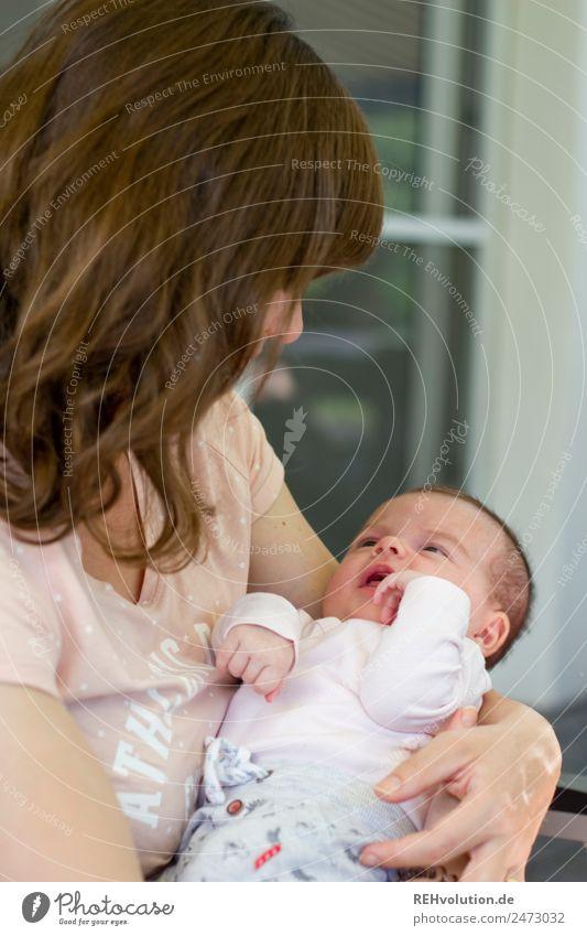 Mutter mit Baby Kind Mensch Jugendliche Gesundheit 18-30 Jahre Lifestyle Erwachsene Liebe natürlich feminin Familie & Verwandtschaft Glück klein Zusammensein