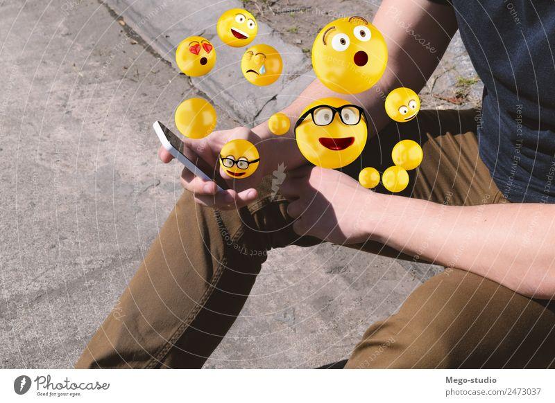 Mann, der ein Smartphone benutzt, das Emojis sendet. Lifestyle Glück Gesicht Telefon PDA Bildschirm Technik & Technologie Internet Mensch Erwachsene Hand lustig