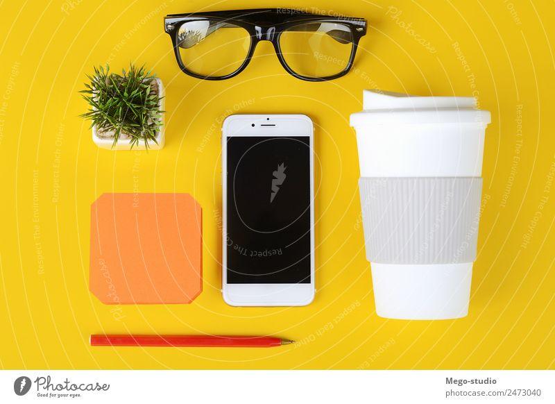 Business-Objekte, Tasse Kaffee, Stift, Telefon und Gläser. Schreibtisch Tisch Schule Arbeit & Erwerbstätigkeit Arbeitsplatz Büro Handy PDA Technik & Technologie