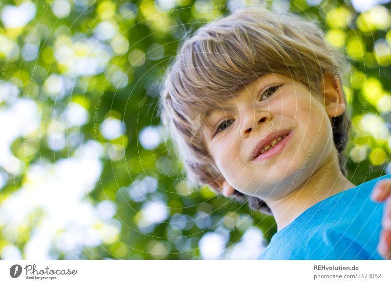 Kind lächelt im Grünen Mensch Junge Kindheit Körper Gesicht 1 3-8 Jahre Umwelt Natur Frühling Sommer Baum Wald Lächeln authentisch Fröhlichkeit Glück klein