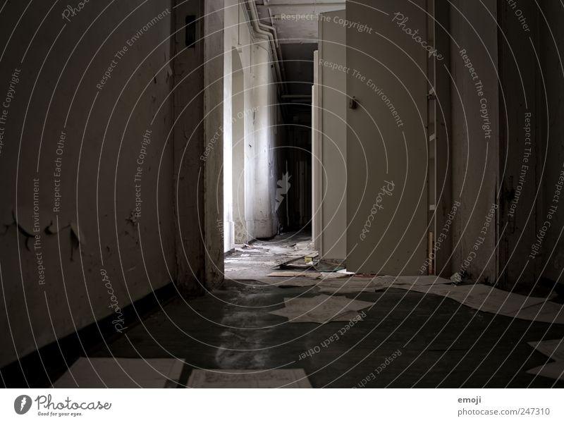 lost Menschenleer Haus Industrieanlage Fabrik Mauer Wand alt dunkel kalt grau trist verfallen Flur Gang Boden Bodenbelag Einsamkeit Gedeckte Farben