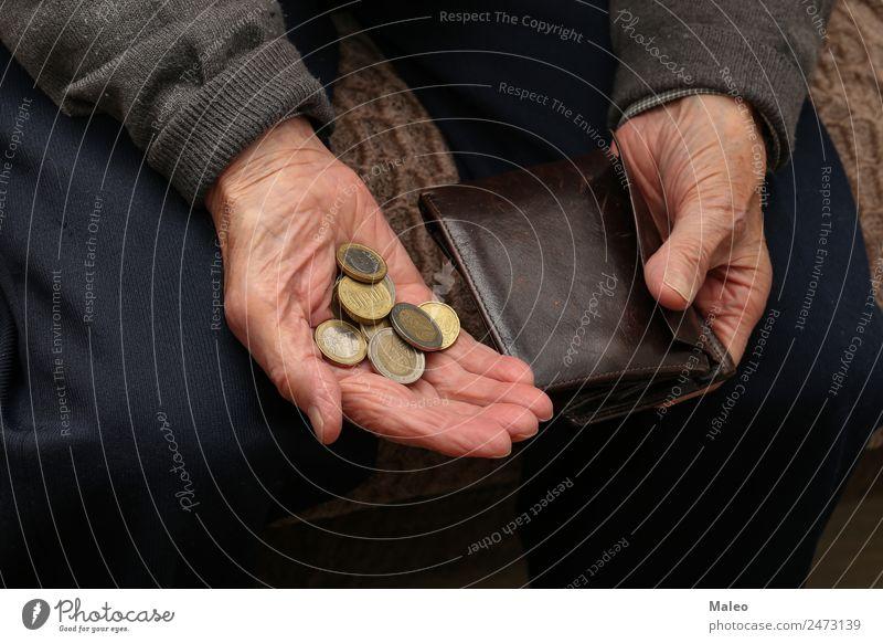 Armut Geld Hand alt Mann Geldinstitut Bargeld Euro Kapitalwirtschaft Mensch Geldmünzen Senior Schulden Problematik Ruhestand Männlicher Senior Portemonnaie