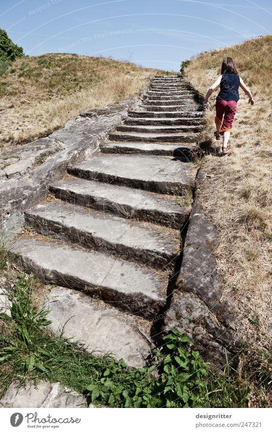 Eigene Wege Mensch Kind Mädchen Sommer Spielen Freiheit springen laufen Ausflug wandern Felsen Treppe Fröhlichkeit außergewöhnlich Kreativität