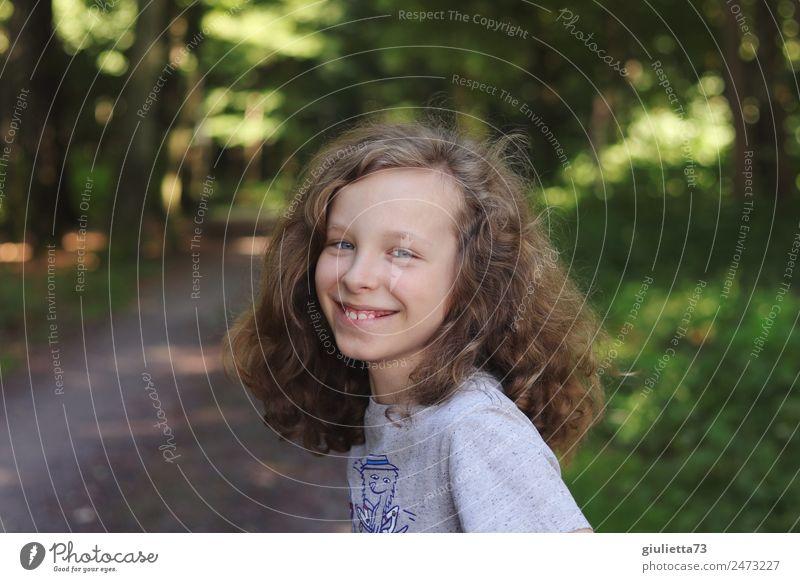 LebensArt | Fröhlicher, lachender  Junge, cool & unangepasst Kindheit Haare & Frisuren Zähne 1 Mensch 8-13 Jahre Park Wald blond langhaarig Locken Lächeln