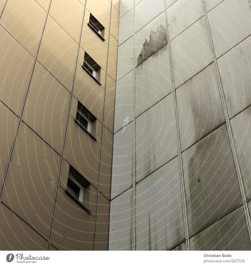 Bau Stadt Haus Fenster Architektur Gebäude braun dreckig Hochhaus Ecke Quadrat Bauwerk Fensterscheibe Schallplatte Plattenbau Rechteck