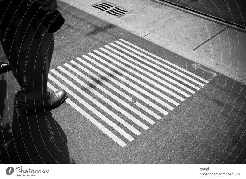 lines Straße Linie Schuhe warten Schilder & Markierungen Beton stehen Asphalt Pfeil Gleise Bürgersteig Hose Quadrat Fußgänger geduldig Außenaufnahme