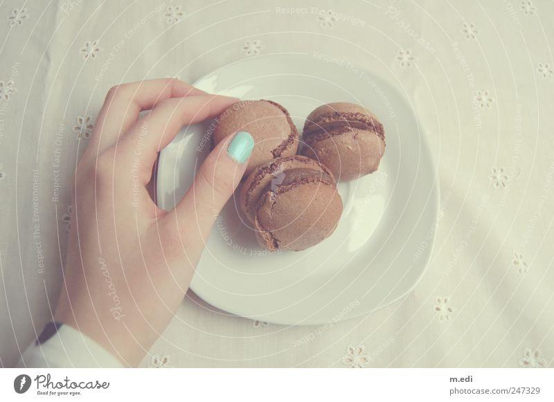 Macarons Hand Finger festhalten türkis Süßwaren Schokolade Nagellack