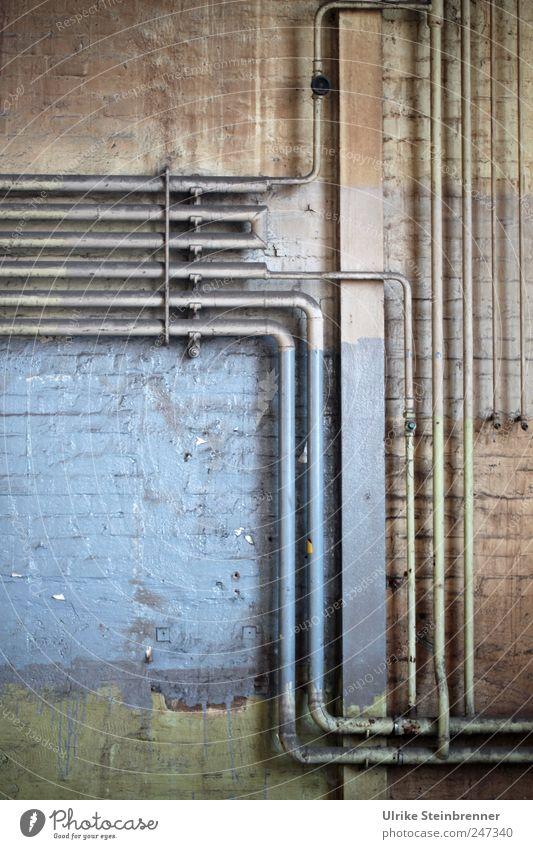 Parallelen II Energiewirtschaft Beton Metall hängen alt eckig glänzend kaputt Originalität blau Sicherheit Genauigkeit Netzwerk Symmetrie Verfall