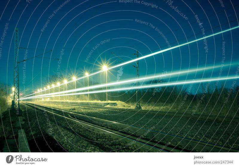 Schnell Zug Himmel blau gelb Geschwindigkeit fahren Gleise Strommast Schönes Wetter Bahnsteig Leuchtspur Schienenverkehr