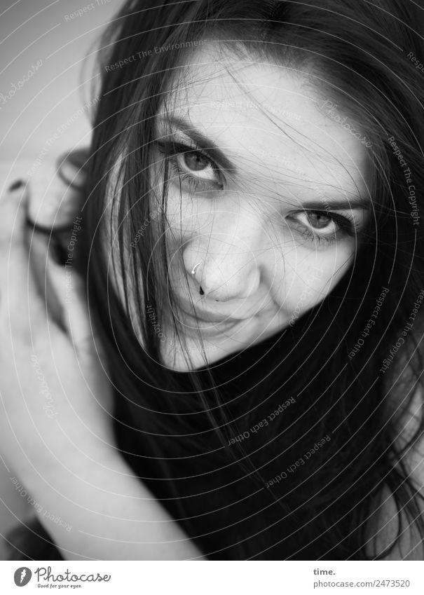 Lique feminin Frau Erwachsene 1 Mensch Piercing brünett langhaarig beobachten Lächeln Blick warten Freundlichkeit schön natürlich Zufriedenheit selbstbewußt