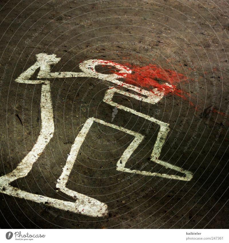 Tatort weiß rot Tod Graffiti Linie braun liegen bedrohlich Vergänglichkeit Zeichen Gewalt Todesangst Aggression Leiche Entsetzen Kriminalität