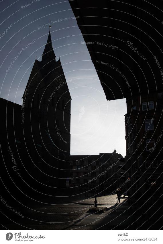 Hannover Frau Erwachsene 1 Mensch Wolkenloser Himmel Stadt Stadtzentrum bevölkert Kirche bedrohlich dunkel groß hoch Einsamkeit Fußgänger Farbfoto