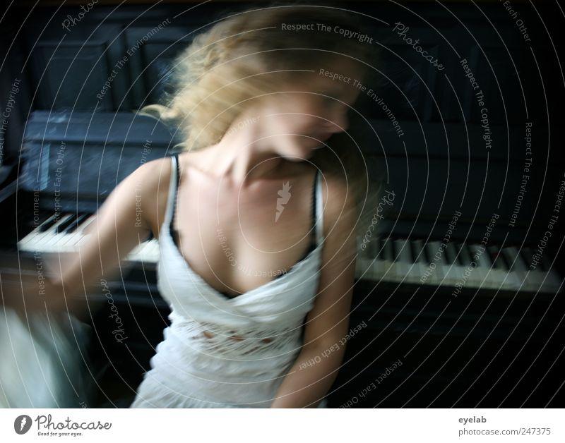Halbe Drehung...dann gehts los Frau Mensch Jugendliche weiß schön Freude Erwachsene feminin Kopf Haare & Frisuren Bewegung Musik Tanzen Freizeit & Hobby Haut einzigartig