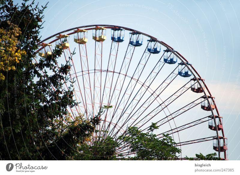 Riesenrad Himmel blau Baum Freude lustig historisch Riesenrad Vergnügungspark