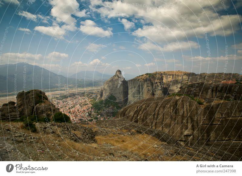 Meteora Felsen Griechenland Umwelt Natur Landschaft Urelemente Erde Himmel Wolken Sommer Schönes Wetter Hügel Berge u. Gebirge Gipfel Schlucht Stadt bevölkert