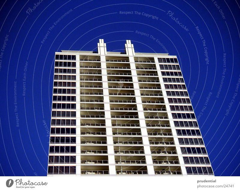 platte mit blau Hochhaus Beton Tokyo Architektur Leiter