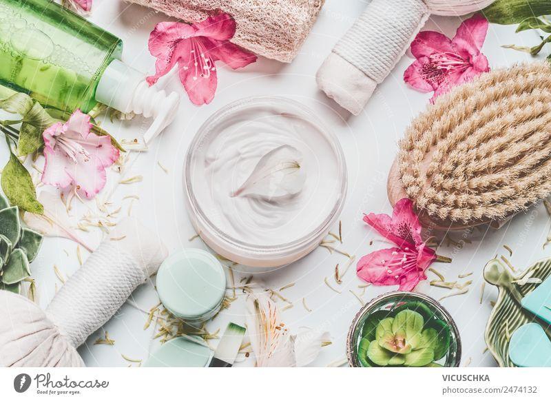 Hautcreme mit Blütenblättern und anderen Körperpflegeprodukten Natur Pflanze schön Blume Gesundheit Stil rosa Design kaufen Wellness Kosmetik Creme Massage Spa