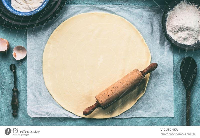 Rundes Teig mit Teigroller Lebensmittel Teigwaren Backwaren Ernährung Geschirr Stil Design Häusliches Leben Tisch Küche retro Hintergrundbild Pizza altehrwürdig