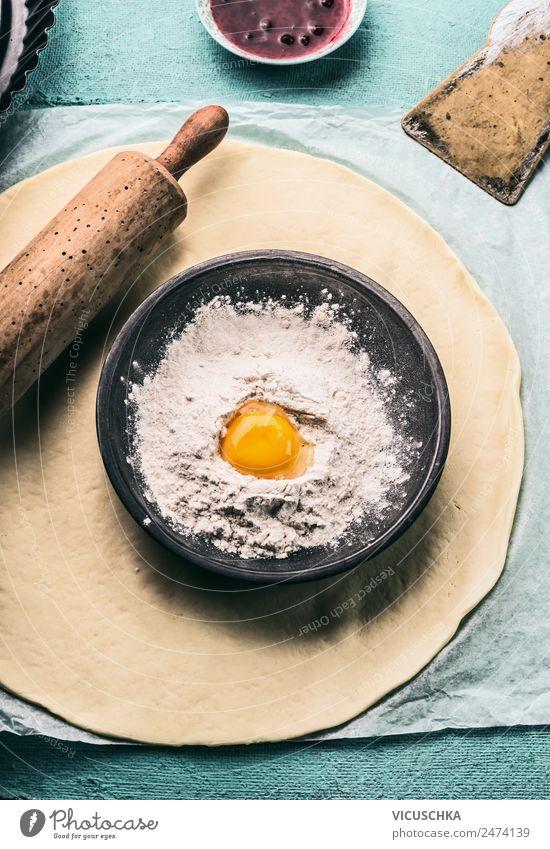 Teig, Teigroller und Schüssel mit Mehl und Ei Lebensmittel Teigwaren Backwaren Ernährung Geschirr Stil Design Häusliches Leben Tisch Küche Dinge Bake Nudelholz