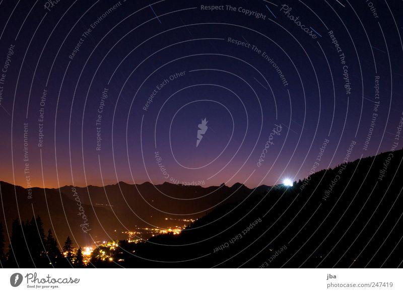 spätabends Himmel blau Ferne schwarz Wald Erholung Berge u. Gebirge Landschaft Bewegung Stern Urelemente violett Schweiz Alpen Dorf drehen