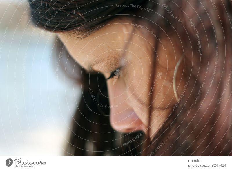 vertieft Frau Mensch Auge feminin Kopf Haare & Frisuren Stil Erwachsene Denken Haut nachdenklich Wimpern Ohrringe