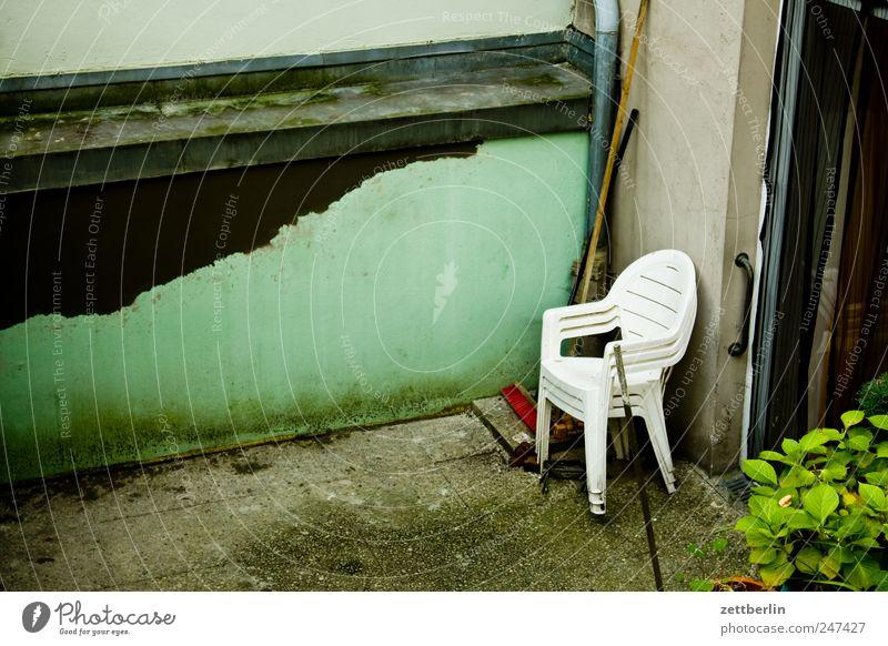 Stühle Einsamkeit Haus Wand Traurigkeit Gebäude Mauer Garten Wohnung Häusliches Leben Freizeit & Hobby warten Stuhl Sehnsucht Bauwerk Fernweh Müdigkeit
