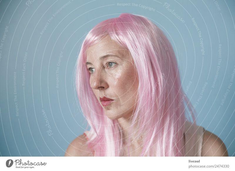 rosa Dame Lifestyle Glück Haare & Frisuren Mensch Frau Erwachsene Weiblicher Senior Gesicht 45-60 Jahre Mode Perücke Denken genießen Lächeln Coolness Erotik