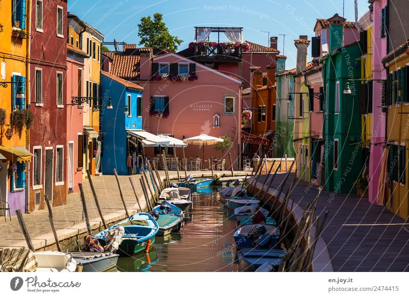 Parkplatzprobleme Ferien & Urlaub & Reisen Farbe Haus Wege & Pfade außergewöhnlich Fassade Ausflug Idylle Fröhlichkeit Lebensfreude verrückt Italien