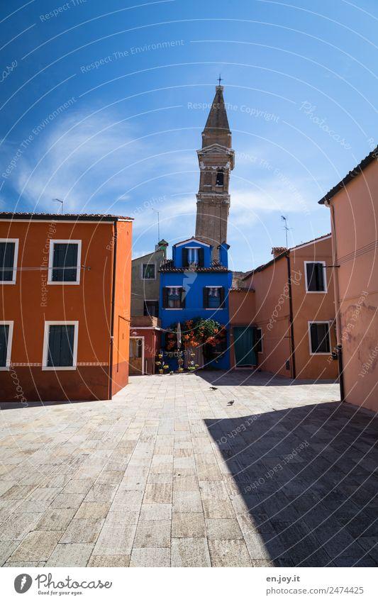 Kurioses | schief schiefer Ferien & Urlaub & Reisen Sommer blau Stadt Farbe Haus Gebäude Tourismus orange Häusliches Leben Kirche verrückt Italien Turm