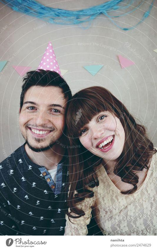 Junges glückliches Paar feiert eine Geburtstagsfeier Lifestyle Freude Wellness Wohlgefühl Party Veranstaltung Feste & Feiern Mensch maskulin feminin Junge Frau