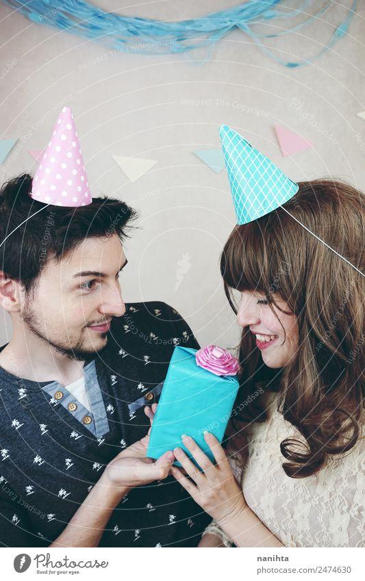 Junges Paar feiert Geburtstag Lifestyle Party Feste & Feiern Valentinstag Hochzeit Mensch maskulin feminin Junge Frau Jugendliche Junger Mann Geschwister