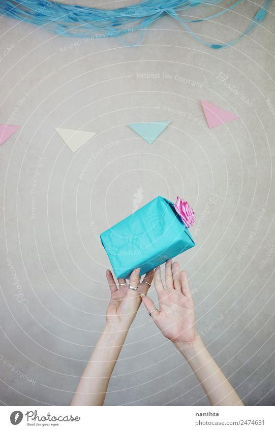 Hände, die ein Geburtstagsgeschenk halten Stil Design Freude Glück Party Veranstaltung Feste & Feiern Hand Ring Geschenk Kasten Dekoration & Verzierung berühren