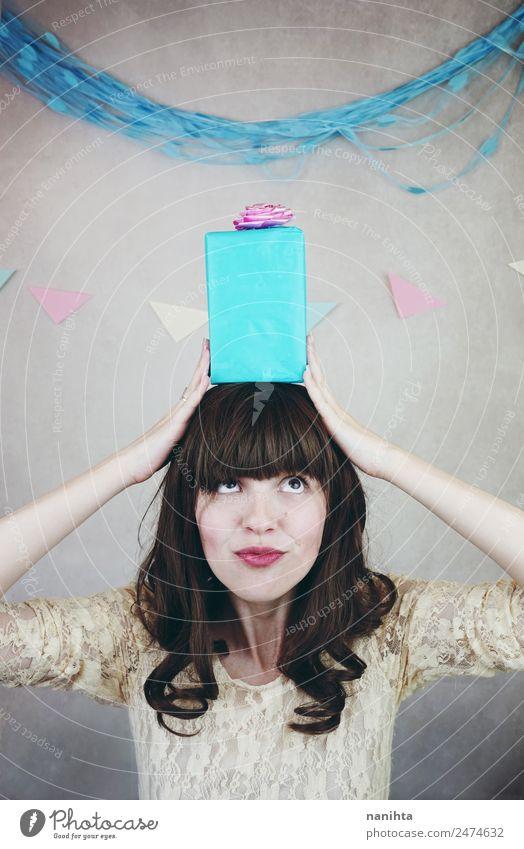 Junge Frau in einer Geburtstagsfeier, die mit einem Geschenk posiert. Lifestyle Freude Glück Party Veranstaltung Feste & Feiern Mensch feminin Jugendliche 1