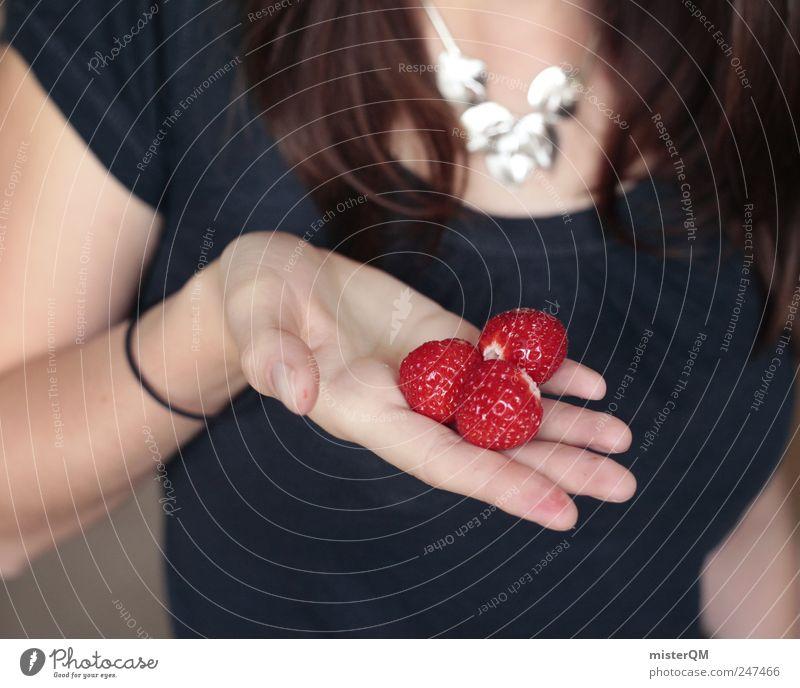 Eigene Ernte. Natur ästhetisch Erntehelfer finden entdecken 3 Erdbeeren Frau Präsentation Hand zeigen festhalten Oberkörper rot Farbfleck Sommer Fundus Farbfoto