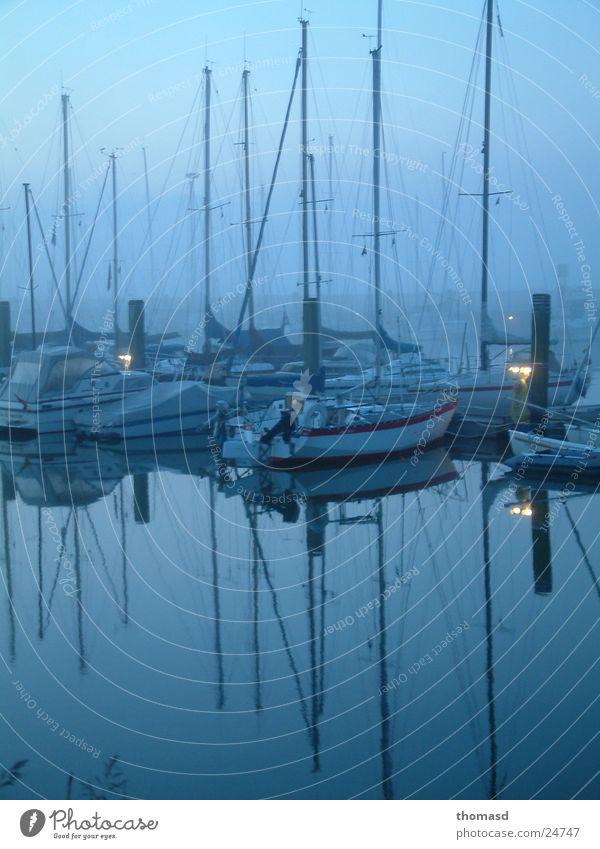 Morgenlicht am Hafen Nebel Nordsee Segelboot