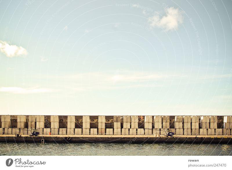 hafentetris Küste Meer Schifffahrt Containerschiff alt Hafen Kran verladen Muster Stapel Mauer Anlegestelle Himmel Farbfoto Außenaufnahme Tag